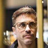 On voit la vie en Gold avec nos #lunettesenbois ANDAMAN - GOLD COLLECTION #lunettes faites à la main avec le plus grand soin ✋🌿🌳 Retrouvez toutes nos lunettes en #bois sur moucompany.fr ou chez votre #opticien Bonne semaine à tous 🤗 📸 @clemlevet 👨 Antoine 📍 @hotelcosmopolitain#lunettesdevue #opticiens #eyewear #sunglasses #nature #ecoresponsable #modeethique #woodcraft #woodworking #fabricationartisanale #faitmain #biarritz #travaildubois #woodaddict #fashionstyle #lifestyle #photography #travel #boismassif #accessoires #naturelovers #lunettesoriginales #mondaymood😎 #paysbasque #instamoment #photooftheday