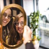 ☀️On finit la semaine en beauté et avec le sourire grâce à notre joli duo @anna.smile et @leasarasola 🤗🤩 @leasarasola porte nos #lunettesenbois SAGARRA-EDEN COLLECTION et @anna.smile porte le modèle LOREA-EDEN COLLECTION Chaque modèle de cette collection est décliné en 5 coloris tout aussi surprenant les uns que les autres. Cette collection se caractérise par l'alliance de matériaux inédits : . Le #bois  . Le titane . Le carbone Ces trois matériaux confèrent à nos lunettes une originalité et une solidité garantie. Toutes nos #lunettesdevue et nos #lunettesdesoleil sont disponibles sur moucompany.fr ou chez votre #opticien partout en France. 📸 @clemlevet 📍 @hotelcosmopolitain #opticiens #eyewear #sunglasses #nature #ecoresponsable #modeethique #woodcraft #woodworking #fabricationartisanale #faitmain #biarritz #smile #travaildubois #woodaddict #fashionstyle #lifestyle #photography #travel #boismassif #accessoires #naturelovers #lunettesoriginales #paysbasque #instamoment #goodvibes